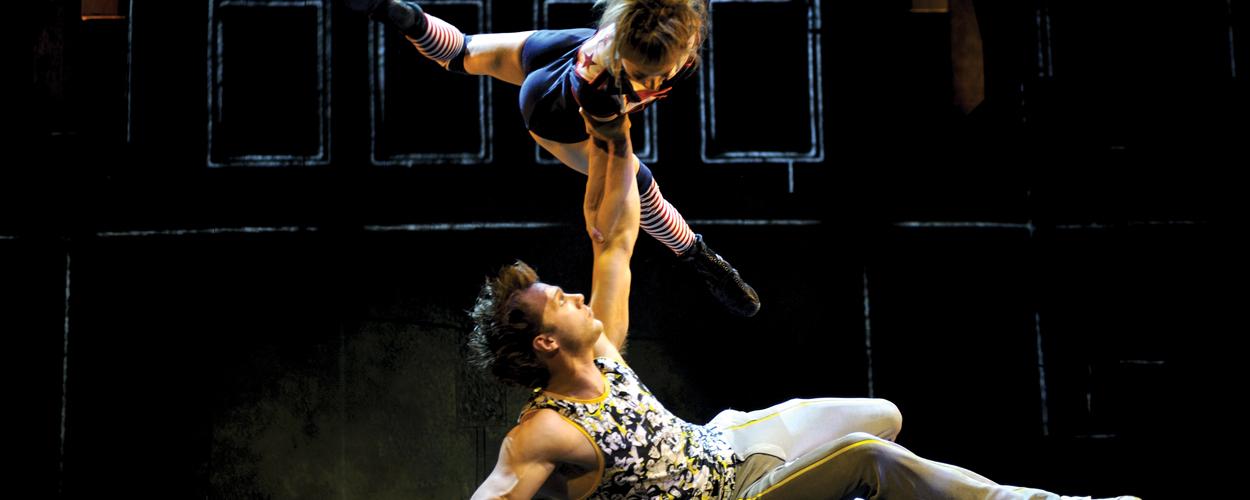 Demonstratie Cirque Éloize op Schiphol