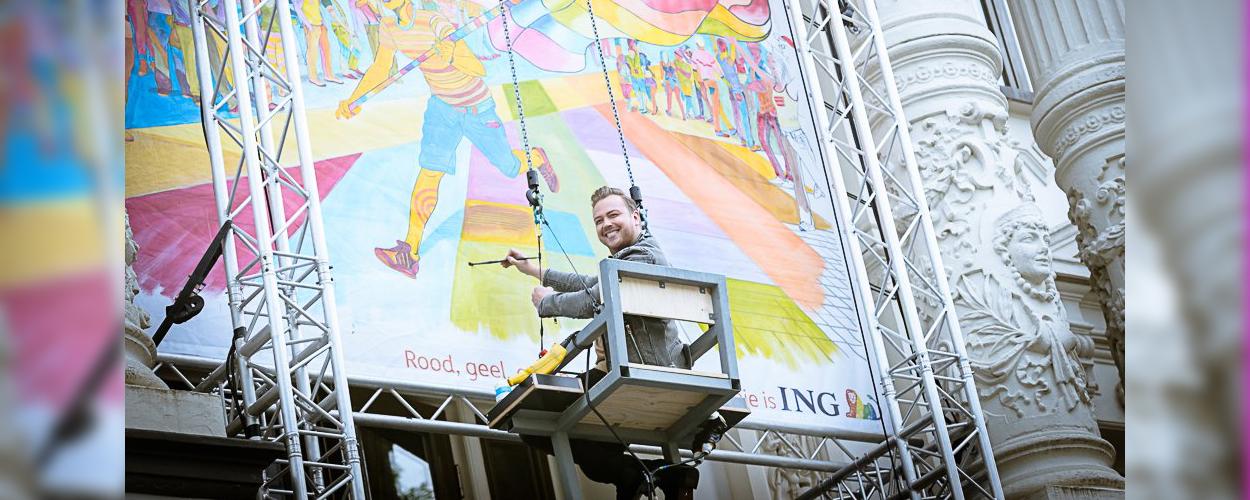 Groot geveldoek aan gevel Carré voor campagne 'Kleur het leven'