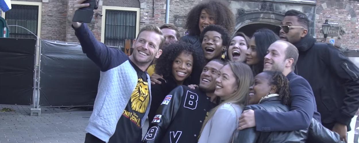 Cast en crew The Lion King aangekomen in Scheveningen
