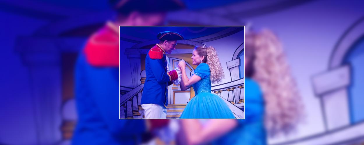 Mini-musical: Meneer Kaasgaaf vertelt het verhaal van Assepoester in de Julianatoren