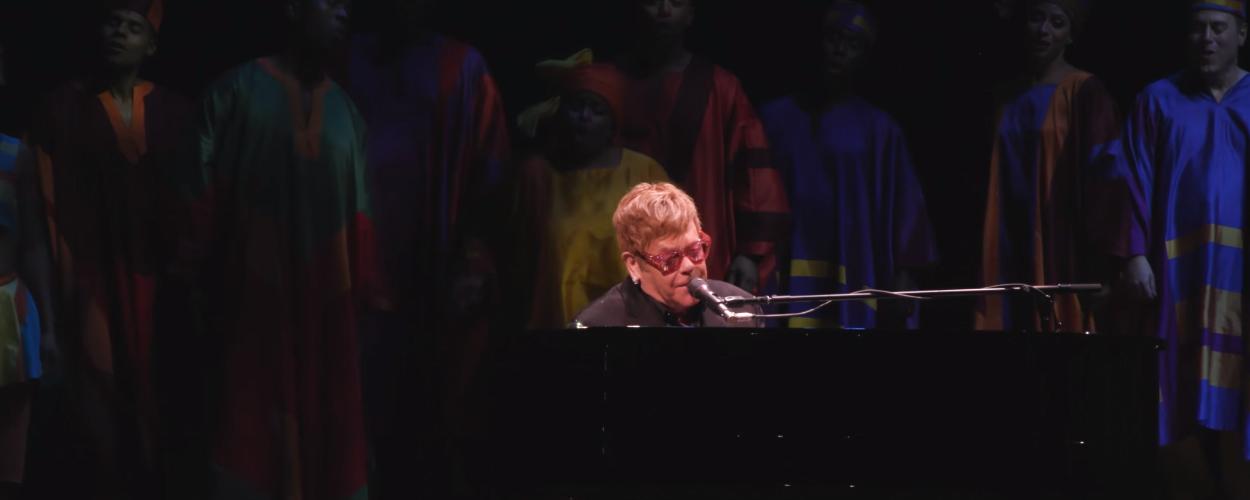 Elton John geeft verrassingsoptreden op twintigste verjaardag The Lion King