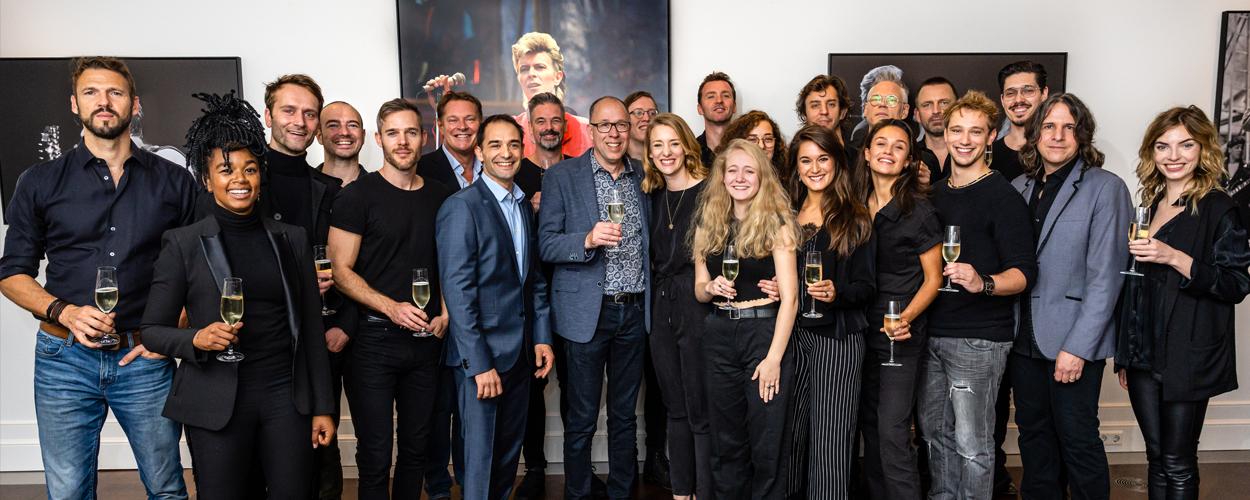 Lazarus-acteur Dragan Bakema opent David Bowie fototentoonstelling in het DeLaMar