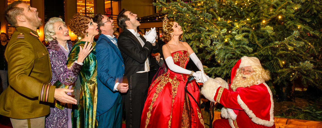 Hoofdrolspelers Anastasia ontsteken kerstlichtjes in Scheveningen