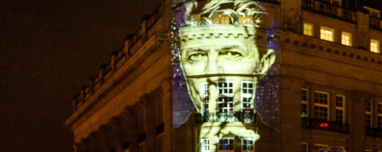 Hoofdrolspelers Lazarus onthullen eerbetoon David Bowie op het Leidseplein in Amsterdam