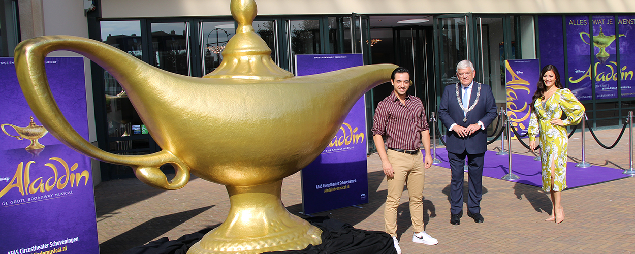 Grote wenslamp uit Aladdin geplaatst voor het Circustheater